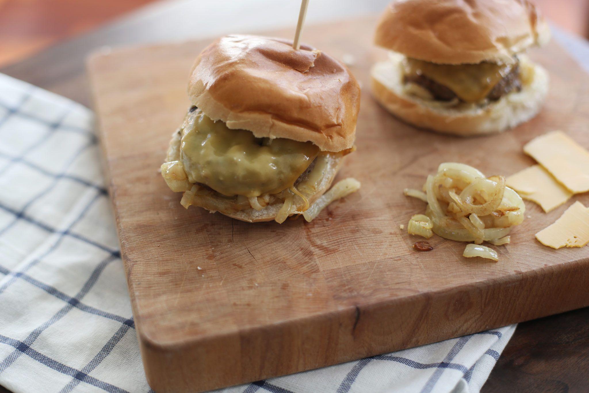 Hamburger met oude kaas en ui - Taste our Joy!