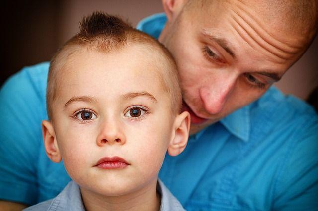 Foto de papá con niño pequeño
