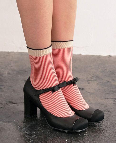 Tストラップと同じ木型のhioを代表するカタチです。 小さなリボンの付いた甲ベルトのあるこの靴は実はとても優秀で、 はかなげなルックスなのに足をホールドして脱げにくく、 浅すぎないカットだから足が痛くなりにくくなっています。 非常に短毛な起毛のヌバックですので、1年を通して履いていただけます。 黒は光沢と縞模様の織り柄が美しい、グログラン生地をトウキャップとちびリボンに使っています。素材は光沢の無いカーフ(仔牛革)。 普通の黒い靴はイヤなんだーーー!というオシャレな人のための靴。  幅が細い木型です。 細いからとあきらめないで、かわいいソックスで調整して少し大きめのサイズを履いていただいても◎ 【素材】カーフ(仔牛革) 【カラー】BLACKグログ 【ヒール高さ】8cm 【仕様】革底
