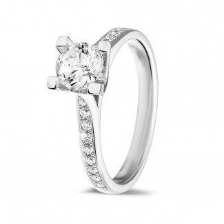 - 0.70 caraat diamanten solitaire ring in wit goud met zijdiamanten