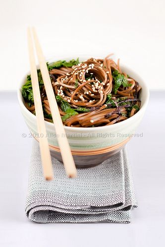Soba Noodles with Greens from Kitchen Bloody Kitchen (in Italian).