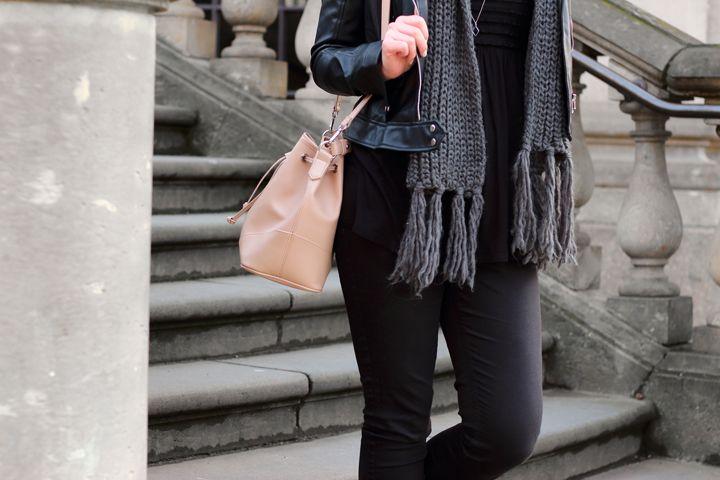e60455a6c55211 Lederjacke | Zara | Strickschal | schwarz | grau | Jeans | Hochfrontpumps |  Outfit | girl | Brunette | lange Haare | braune Haare | silberne Kette ...