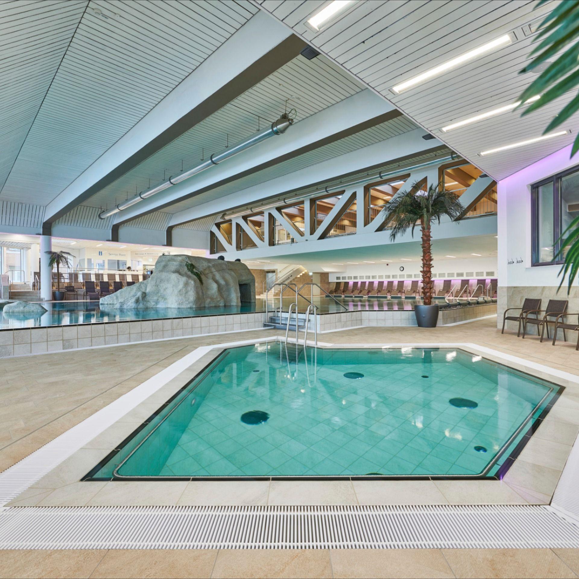 Indoor Pool Modernes Pooldesign in den Chiemgau Thermen