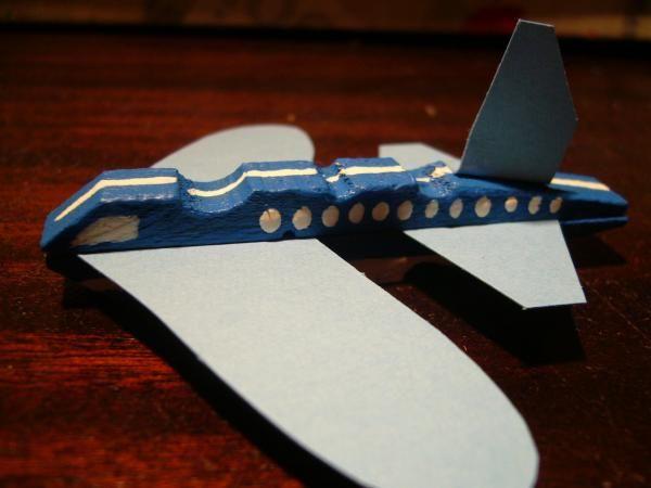 Como fazer um avião com uma mola. Quer aprender a reutilizar materiais velhos? Neste artigo ensinamos-lhe a fazer um avião com uma mola velha para estender roupa. É um trabalho manual fácil e rápido de fazer e necessita pouco material...