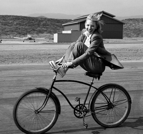 Annie Leibovitz :: Cate Blanchett during the filming of the movie Aviator, 2004
