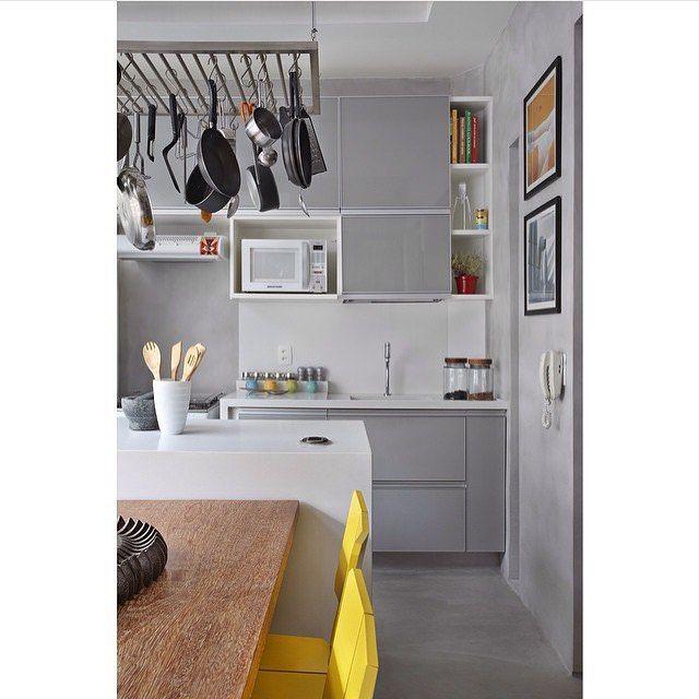 Cozinha cinza + amarelo + madeira, combinação perfeita, né!? E o piso e parede de cimento queimado!?  by @renatalemosarquitetura e @marcellabacellar #ahlaemcasa #cozinha #cozinhacinza