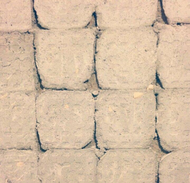 Olha o que eu encontrei! Cada dia da #reforma foi uma surpresa. Os azulejos da parede foram colocados de uma maneira muito diferente do que é usado atualmente. Um trabalhão pra tirar 😅 Coitado do pedreiro 👷 🚧 ⚠ kkkkkk #chorageraldo #reformanoape #meuapê402 😍 #reformando #tudoobra #obra #oldapartment #apartamentos #apto #apartment #apartamento #smallapartment #decoracaoedesign #home #homesweethome