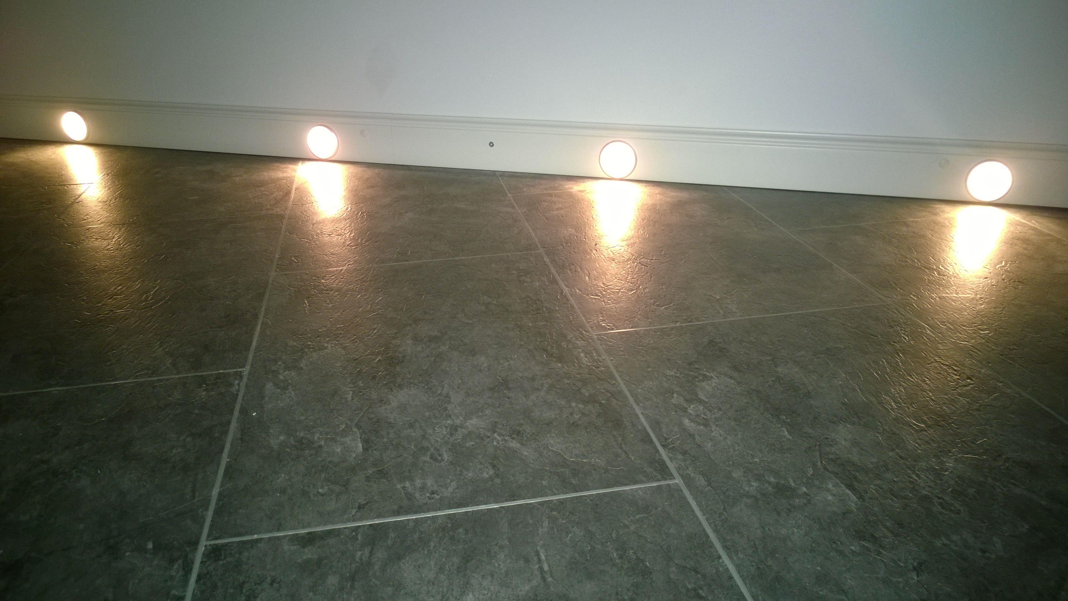 Vinylfußboden mit klassische, stilvolle, zeitlose NMC Sockelleiste/Fußleisten mit LED Beleuchtung - Maler Tommaso