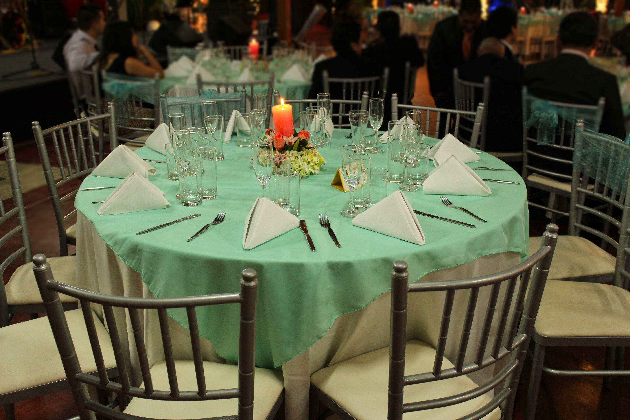 Bella mesa redonda vestida con tela color agua marina y sillas estilo tiffany boda salon - Mesa redonda con sillas ...