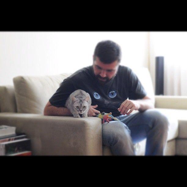 """""""sábado 24/03, o @b_luxo fará venda especial dessa camiseta incrível de gatinho para ajudar a ONG @adoteumgatinho Toda a venda será revertida para a instituição então se vc é apaixonado por gatos como eu corre lá para ajudar!"""" @b_luxo @adoteumgatinho ;) #cat"""