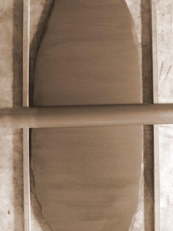 Keramik / Töpfern: Schritt für Schritt-Anleitung zur Herstellung eines Schälchens in Plattentechnik (ohne Töpferscheibe). Schritt 2: Den Ton mit einem Nudelholz oder einer Gardinenstange aus Holz auf einer mit Stoff bedeckten Holzplatte über 2 Holzleisten in beiden Richtungen gleichmässig ausrollen