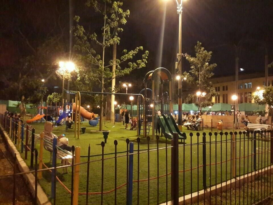LIMA, PERU. Parque Kennedy, em bairro Miraflores. Por Yasser M.