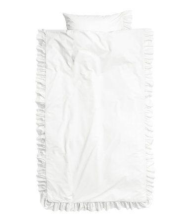 Hvid. Enkelt sengesæt i fintrådet bomuldspoplin med flæsekanter. Et hovedpudebetræk. 50s-garn. Trådtæthed 144.