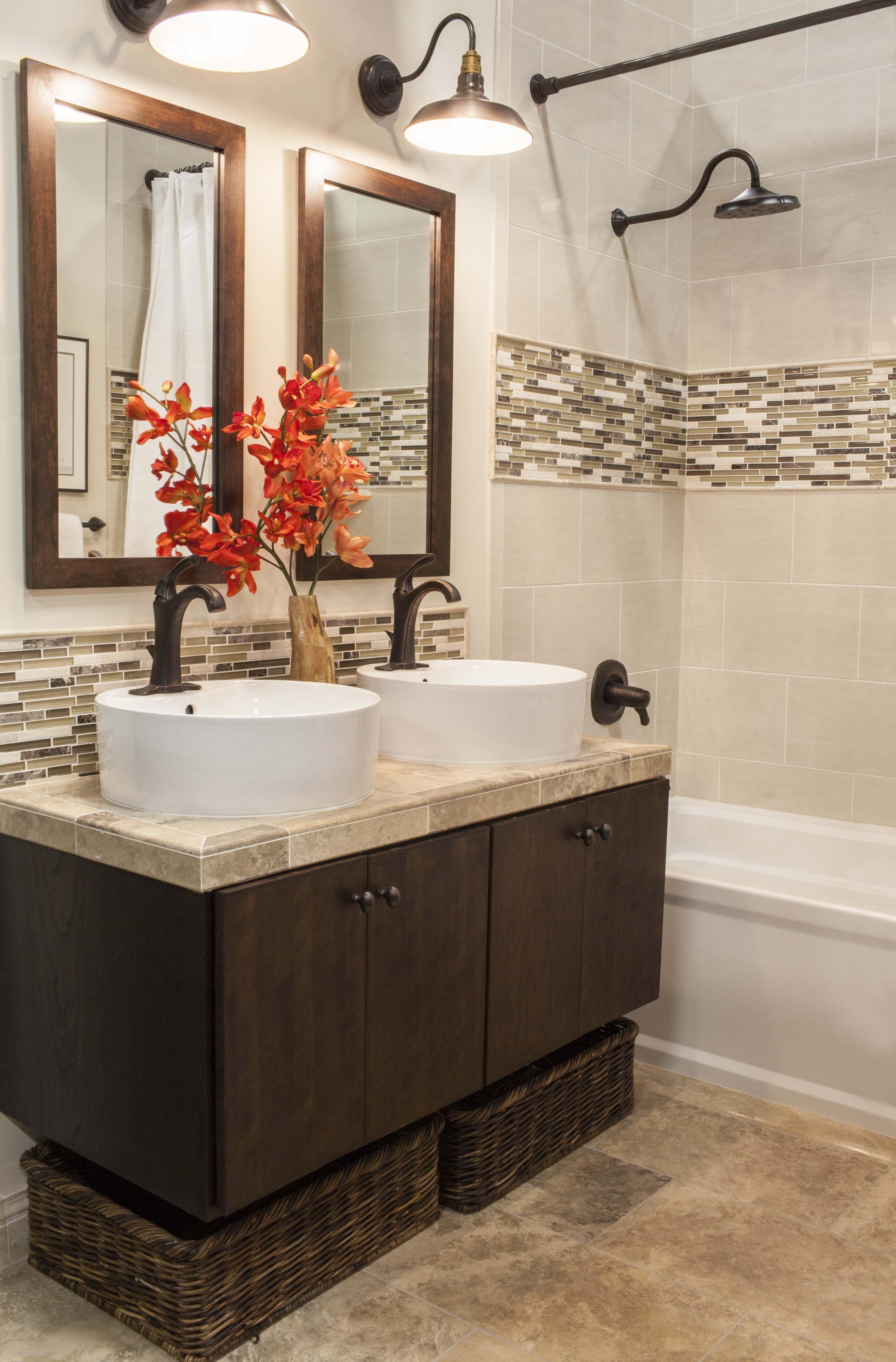 Los baños modernos tambien pueden tener toques rústicos ...