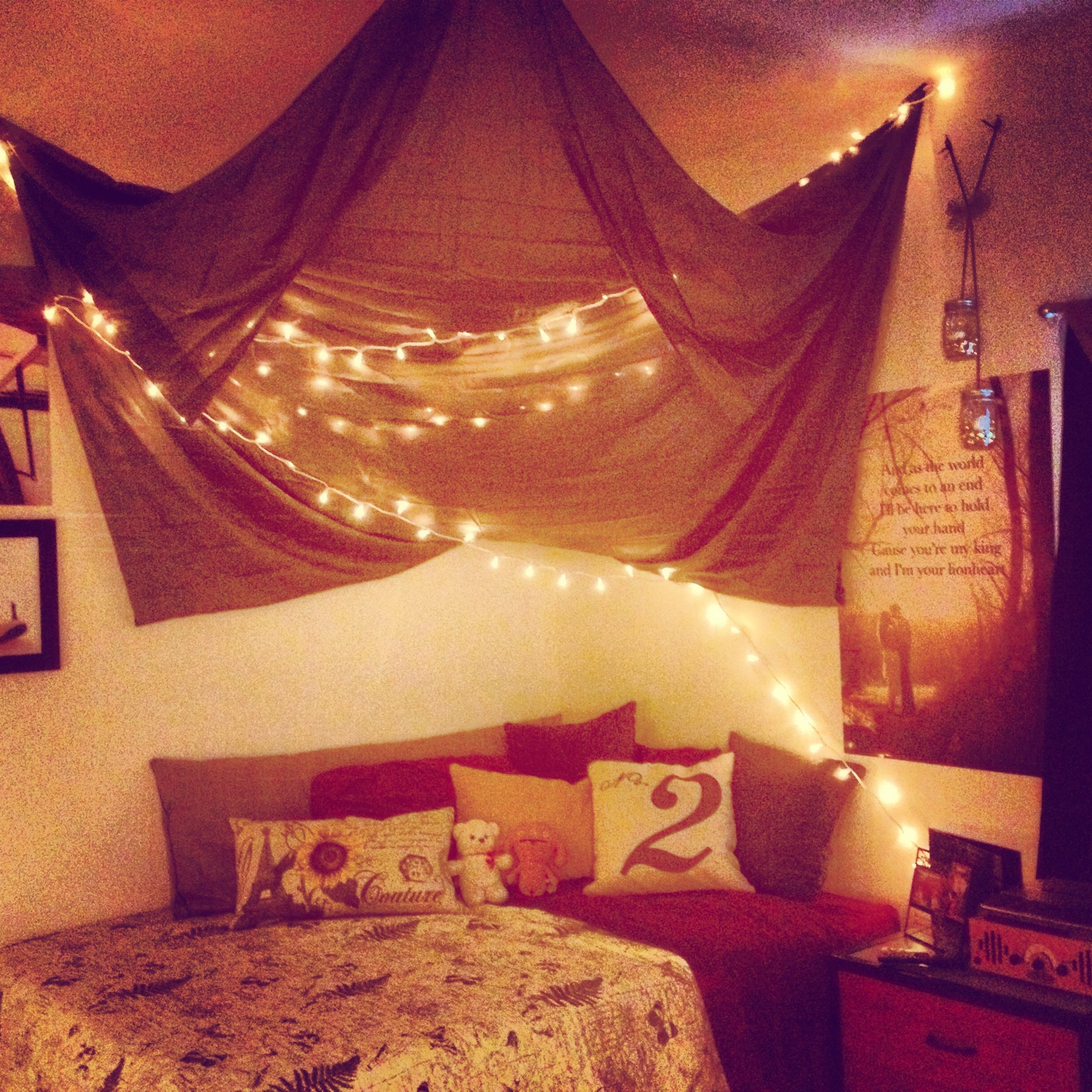 Cosy bedroom fairy lights - I Love This Bedroom What They Did With The Sheets Creating A Canopy As Well As The Fairy Lights Reminds Me Of How My Bedroom Was When I Was A Toddler