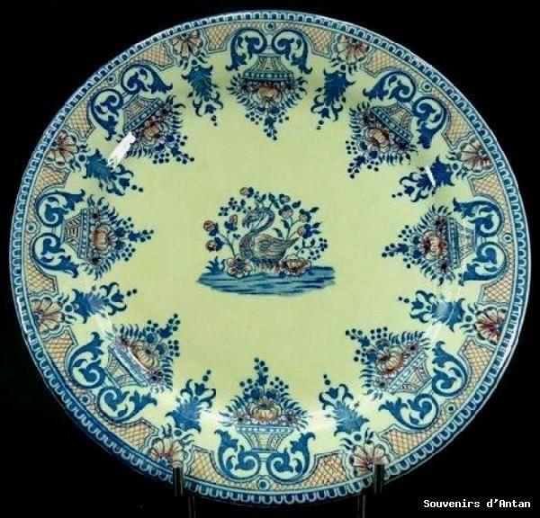 Assiette en faience de Gien décor au rayonnant et cygne 19ème ...