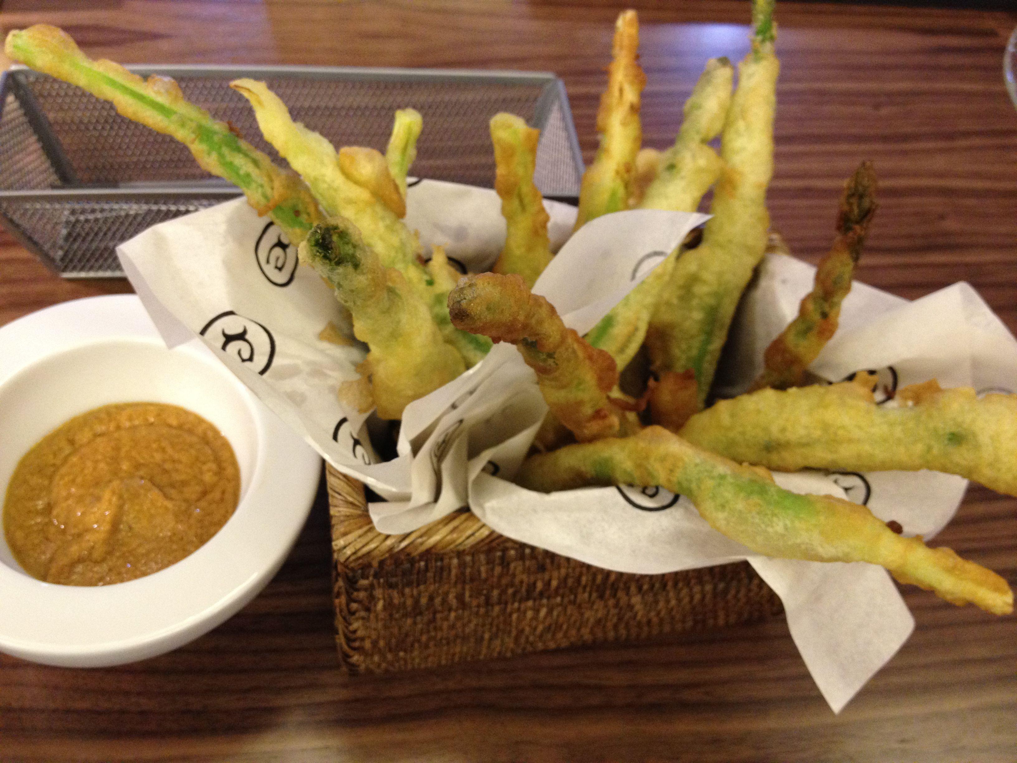 Espárragos en tempura con salsa romesco