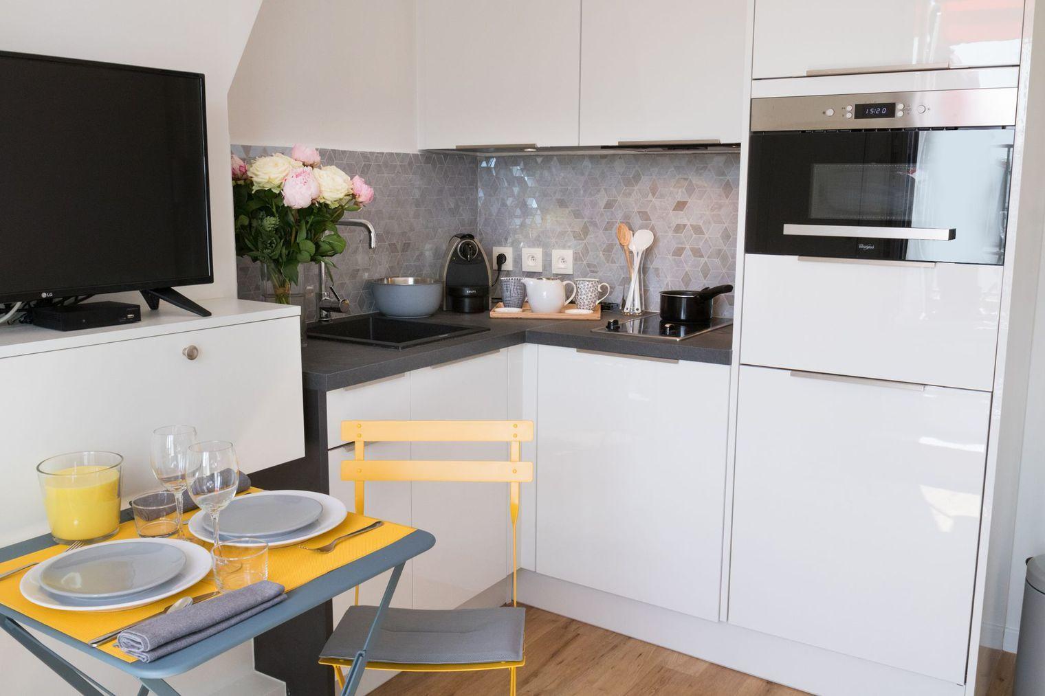 studio paris 3 22 m2 fa on suite d 39 h tel petites cuisines blanches cuisine blanche et. Black Bedroom Furniture Sets. Home Design Ideas