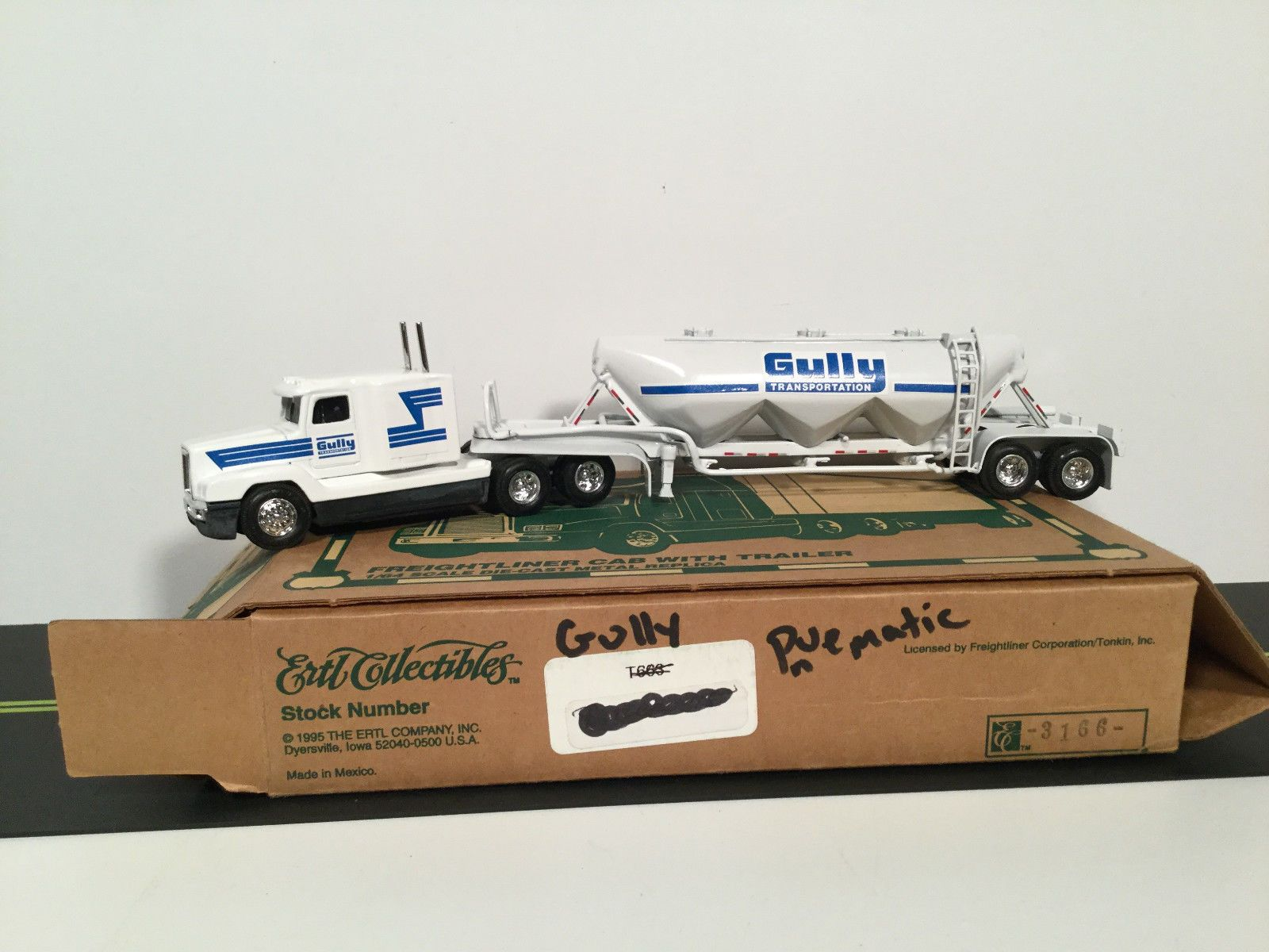 Red Freightliner Semi With Grain Trailer By Ertl 1//64th Scale