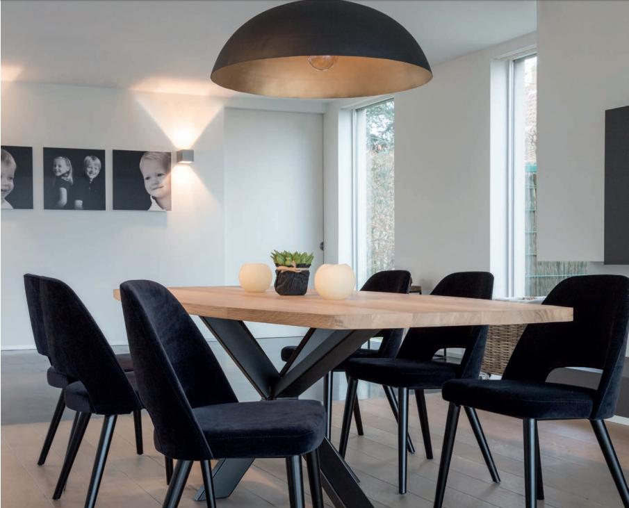 eiken tafel en stoelen in fluweel uit de collectie van top interieur in izegem en