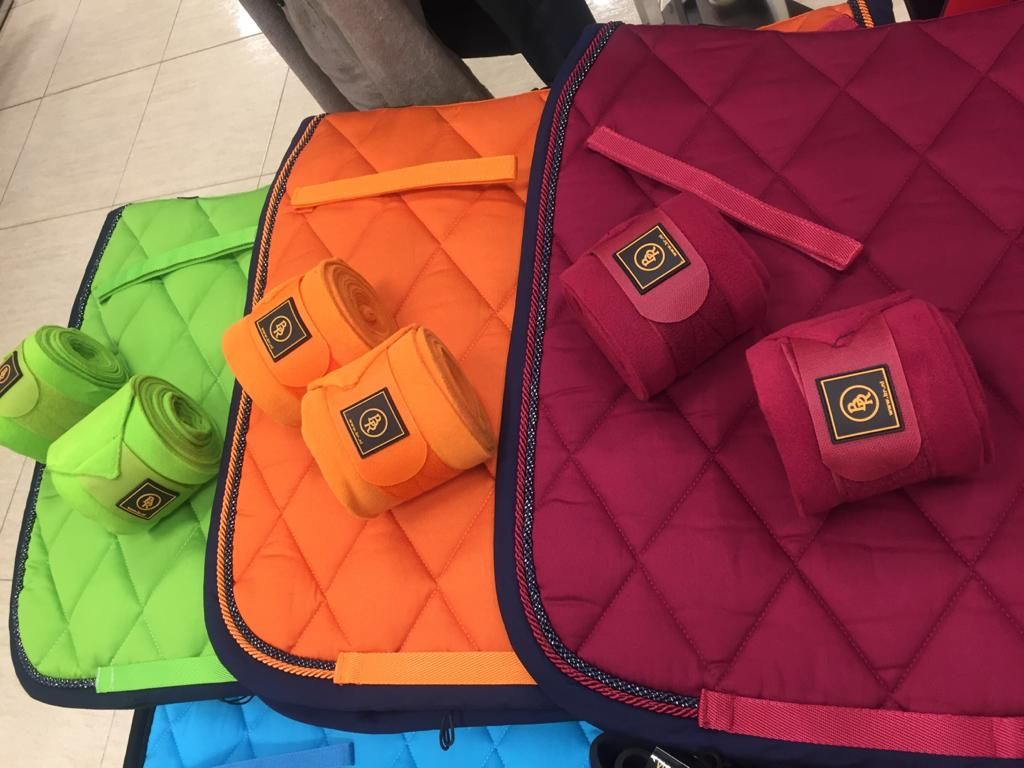 Mantillas Y Vendas Con Colores Neon Colores Neon Accesorios Para Caballos Colores De Primavera