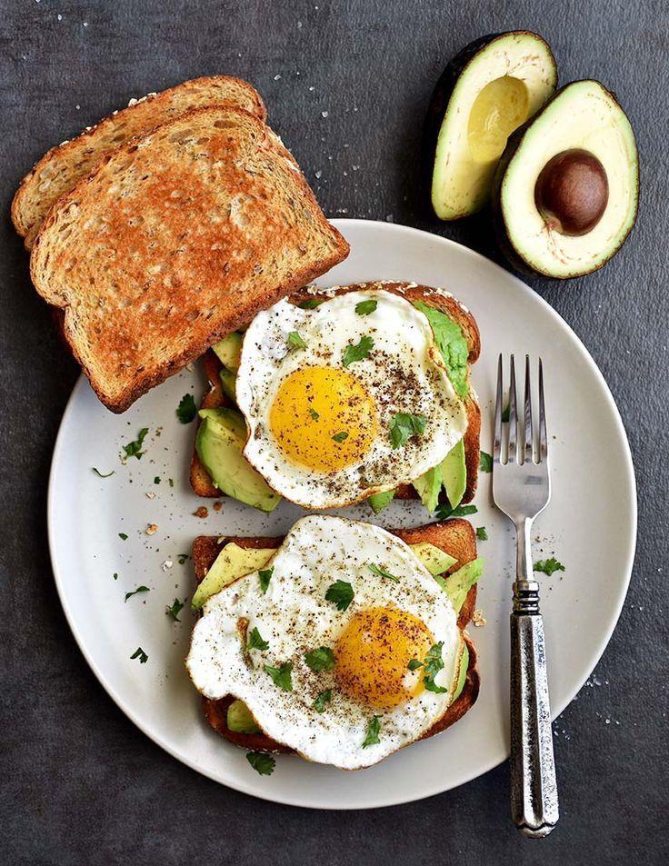 Gesunder Avocado-Toast Ein proteinreiches Frhstck mit Eiern und Avocado !!! ... -