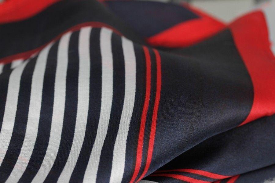 47cd810508e Fashionista et modeuses aimeront ce beau foulard chic pour femme avec  rayures de couleur rouge