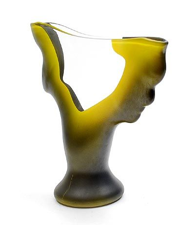 Helder glazen Unica vaas met groen geëmailleerde zijkanten ontwerp uitvoering Richard Meitner 1988