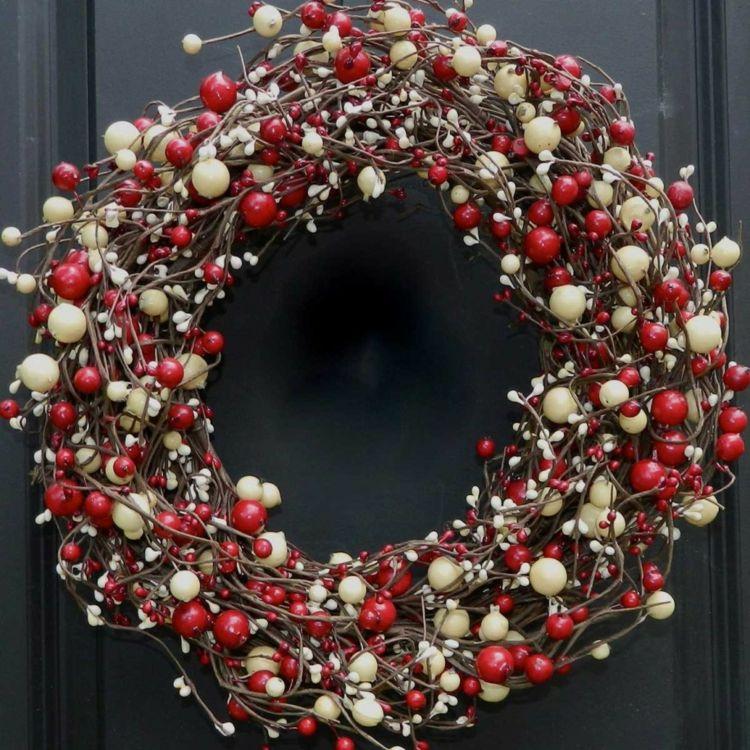 weihnachtsdeko zum selbermachen kranz idee beeren rot. Black Bedroom Furniture Sets. Home Design Ideas