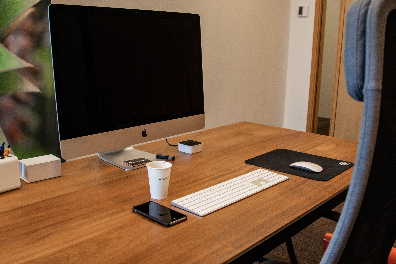 Stalen bureau met iroko hout stalen tafel