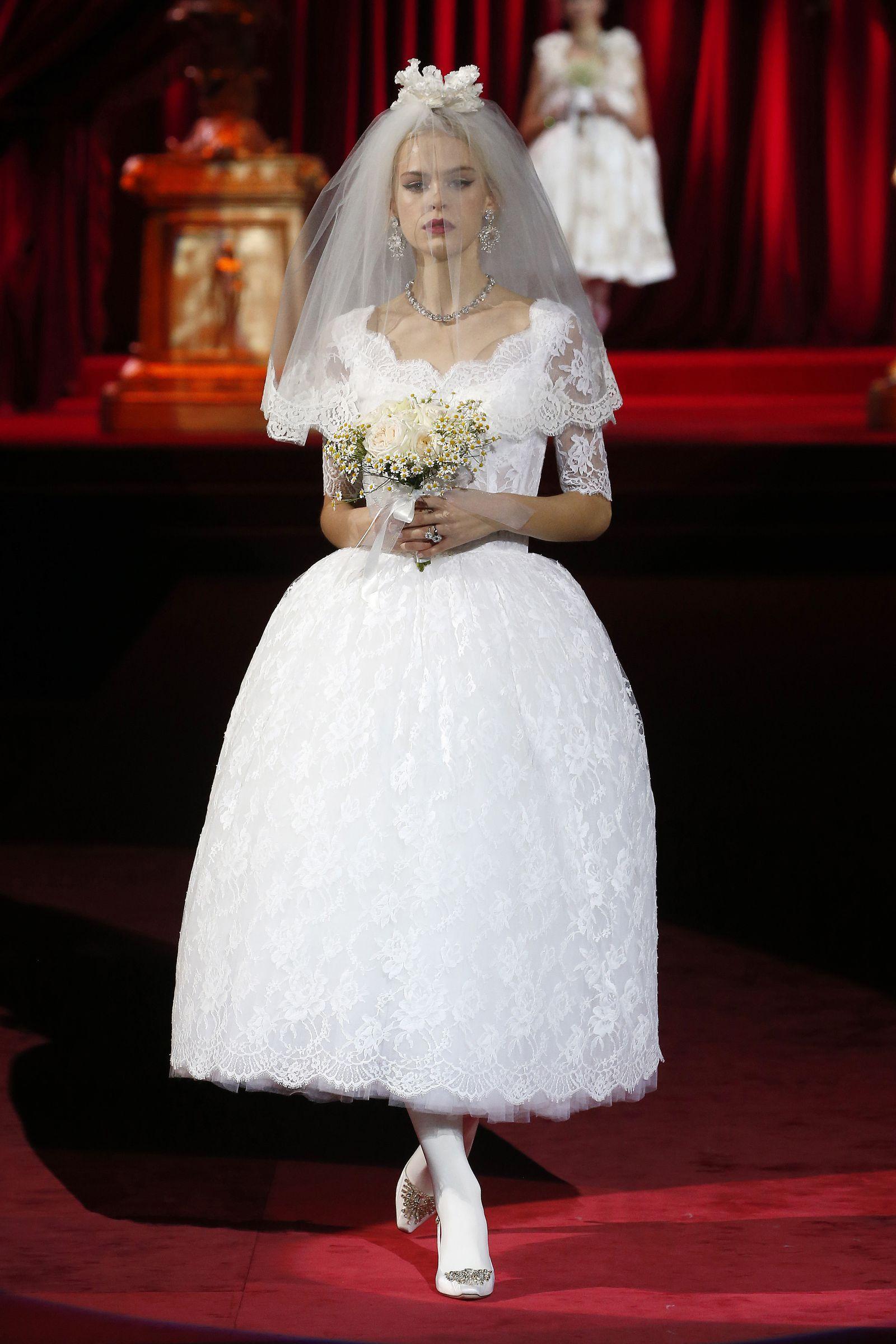 Gli Abiti Da Sposa Di Dolce Gabbana Alle Sfilate Di Milano Sono L Omaggio Ad Audrey Hepburn Abiti Da Sposa Abito Da Sposa Collo Alto Abiti Da Sposa Eleganti