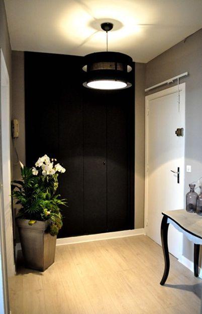 La peinture noire sur les portes du placard donne toute sa ...