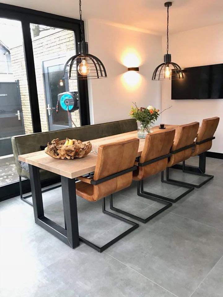 Stoere eetkamer met eetkamertafel, -bank en -stoelen van Table du ...