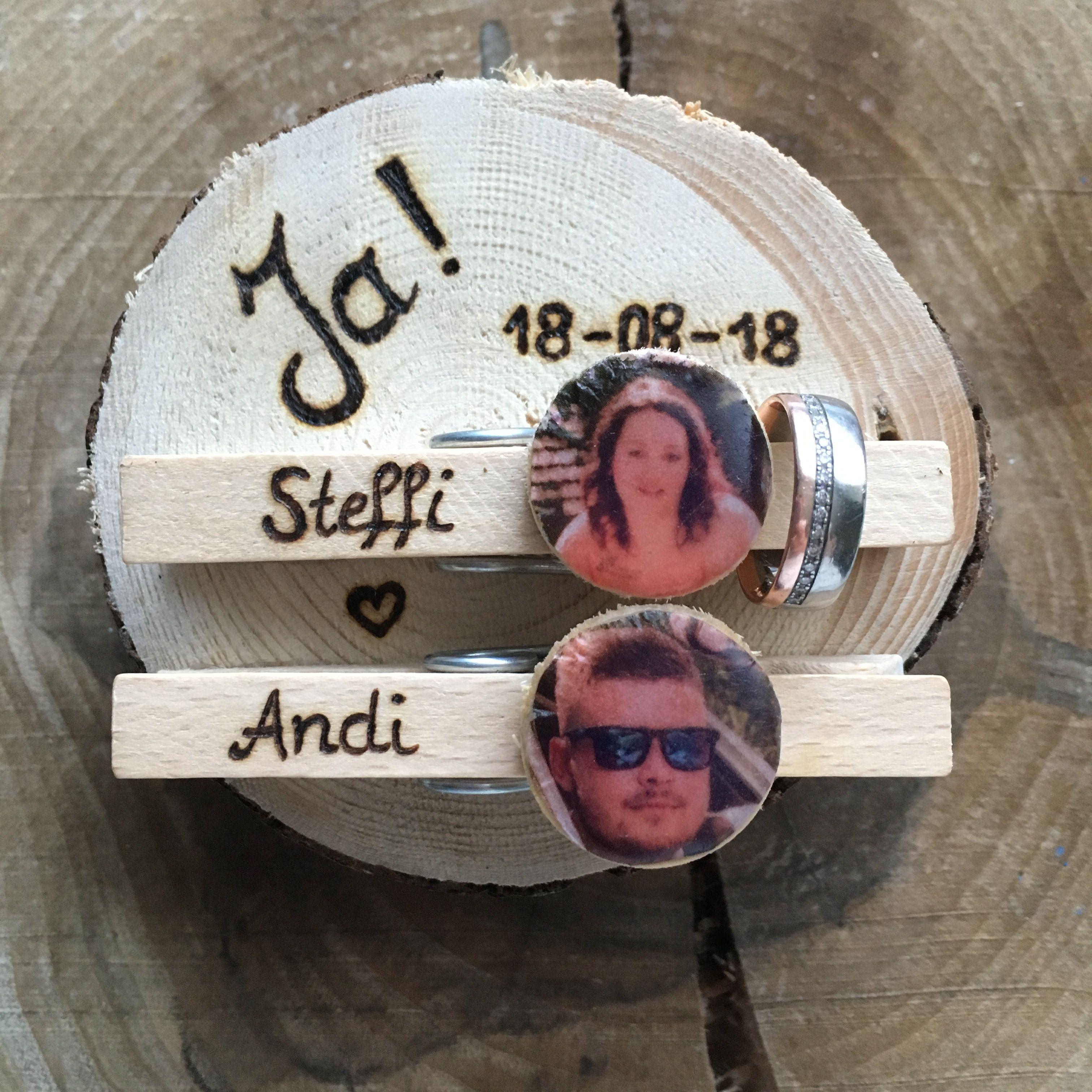 Holzscheibe Statt Ringkissen Personalisiert Mit Foto Auf Holz Individuell Besonders Glubbal Eheringe In 2020 Trachten Hochzeit Braut Dirndl Ringkissen