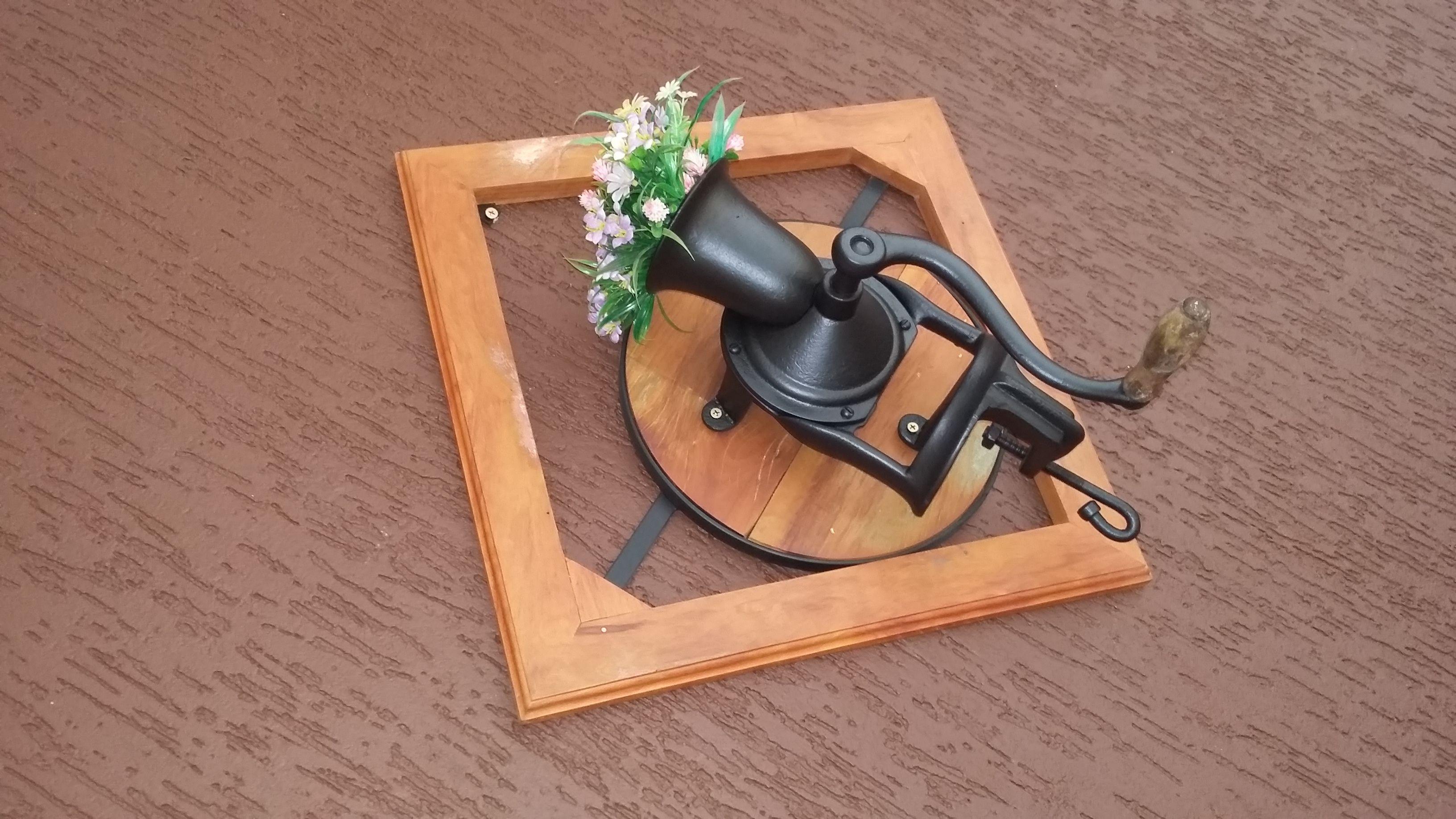 moldura em madeira de demolição 50x50 suporte para moinho de cafe linda peça