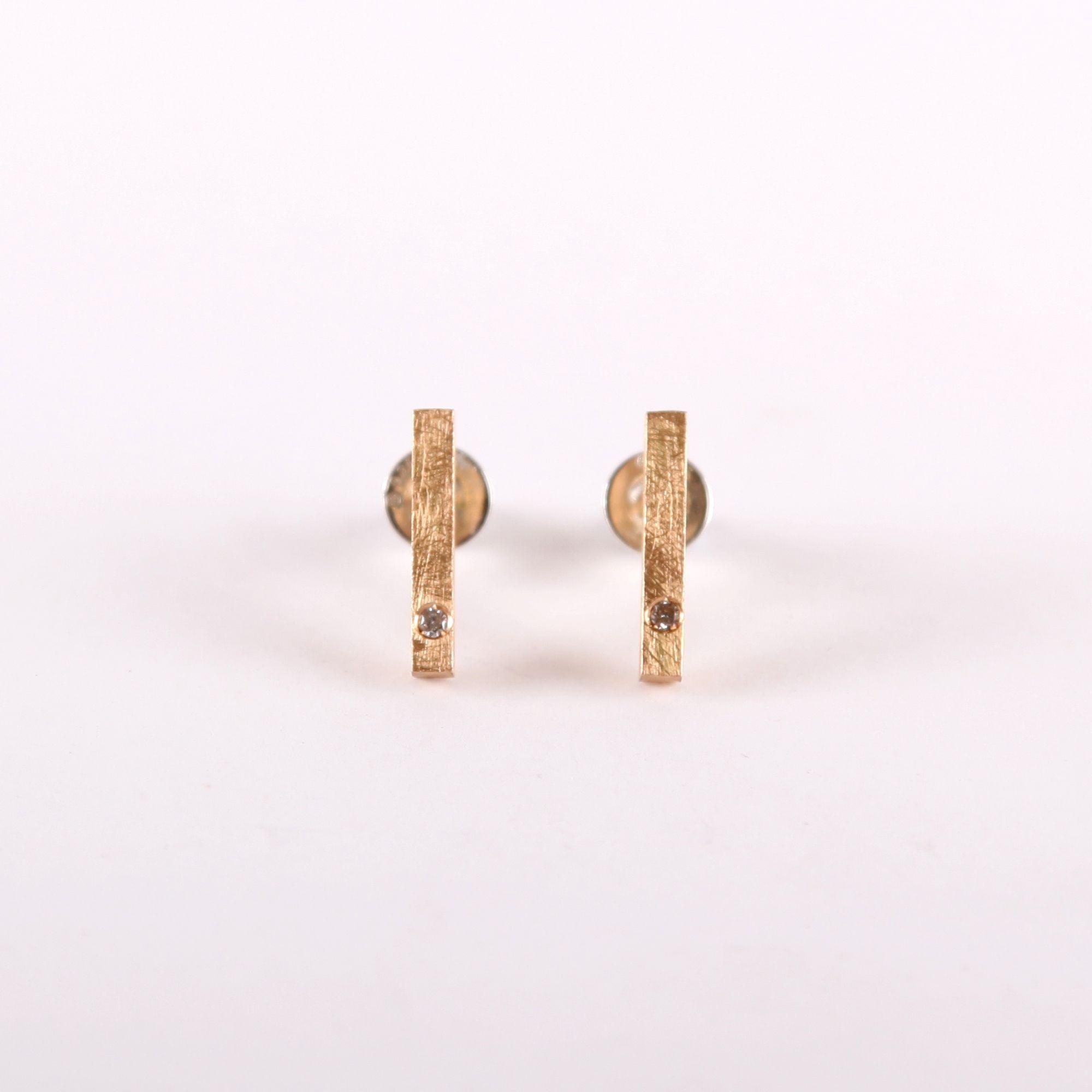 Pendientes geométricos de oro. Pendientes de oro 18k texturados con forma geométrica simple. Incrustación de diamante. Tamaño: brillante: Ø 1,5mm. Tamaño pendientes: 1,5 x 0.2cm