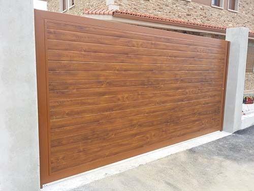 Puerta autom tica abatible panel sandwich imitaci n madera - Puertas automaticas para cocheras ...