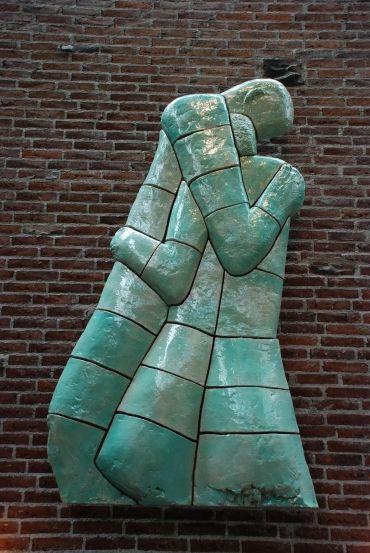Kirkens udsmykning | Gellerup Kirke  Alterudsmykningen i Gellerup Kirke er Arne Haugen Sørensens første keramiske arbejde. Her: Syndefaldet