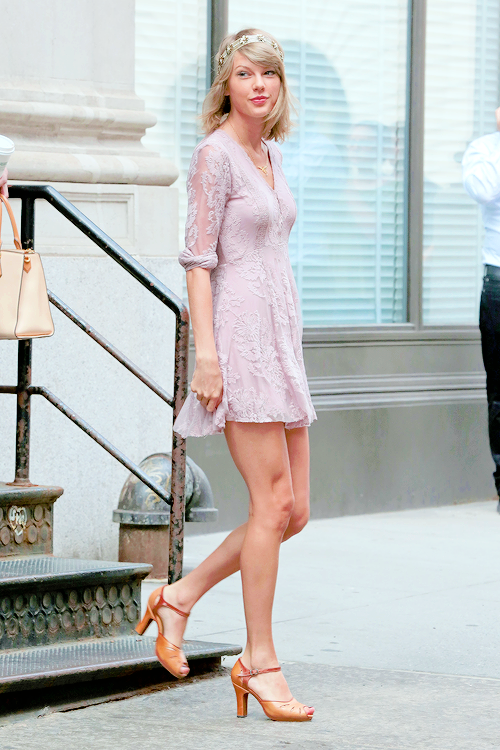Taylor leaving her apartment in NYC 7.13.15 | Taylor swift ...