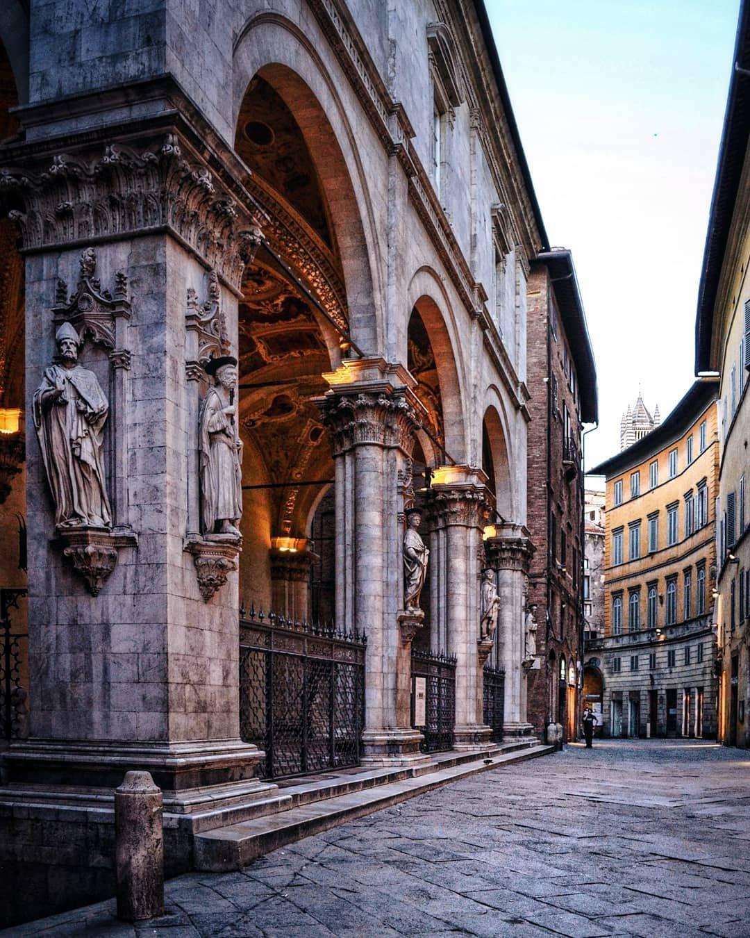 In punta di piedi per la città.. #Siena . . #italy # ...