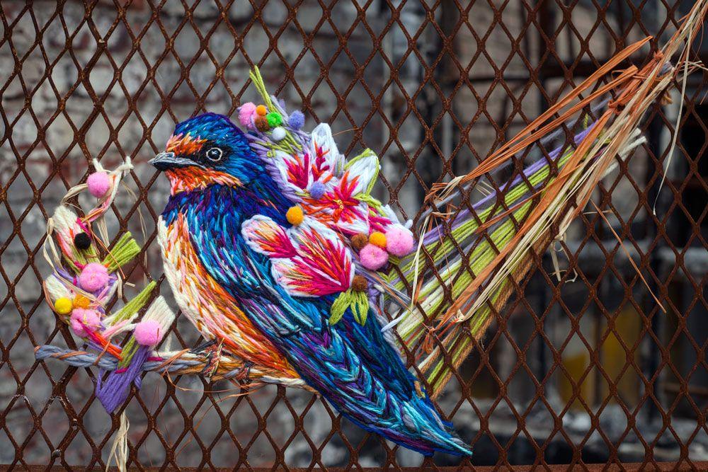 Danielle Clough è un'artista di Città del Capo, che ricama su superfici non convenzionali, come sacchi del caffè o racchette da tennis, le sue opere raffigurano perlopiù fiori, uccelli e piccoli animali.