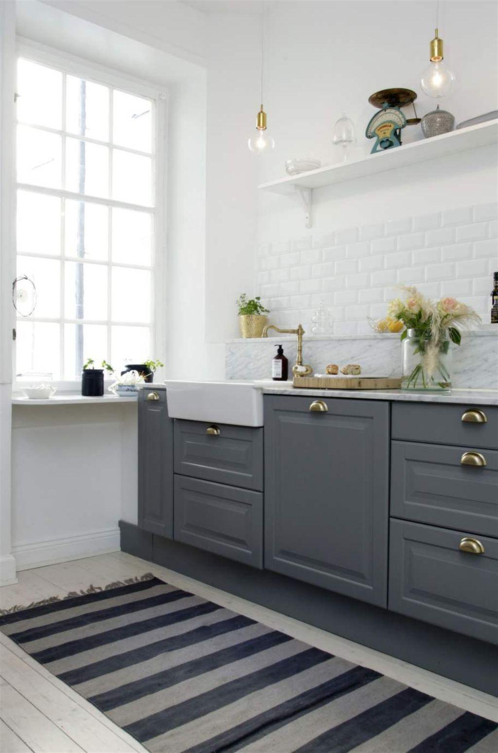 grått & vitt. köket är ett ikea-kök med mässingsbeslag och