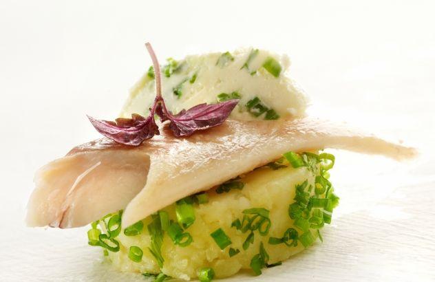 Geplette aardappel gepaneerd in groene kruiden