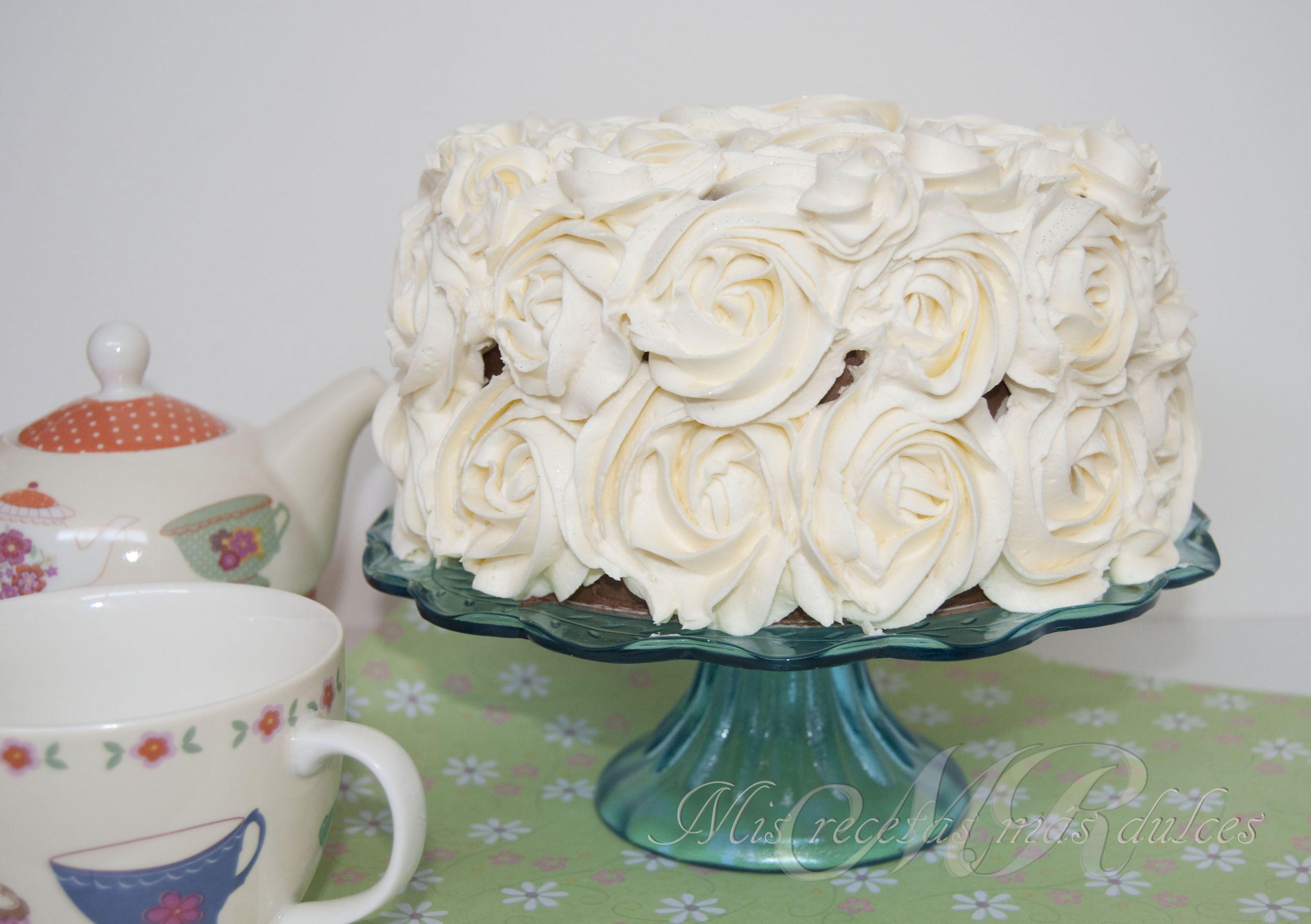 tarta de chocolate y rosas de chocolate blanco