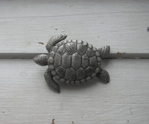 This is a vintage JJ pewter brooch, shaped like a sea turtle. Its marked JJ on the back. The pin is on the small side, measuring about 1.5 from head to feet (about 3.75 cm). A quarter is in the last photo to show scale. Its in very good condition with some light wear. The pin mechanism and the closure are securely attached. A cute, small-size turtle pin, in very good condition with some light wear. Shipping on this brooch (shipped in bubble mailer): To Canada: $3.00 To the US: $4.00 To the…