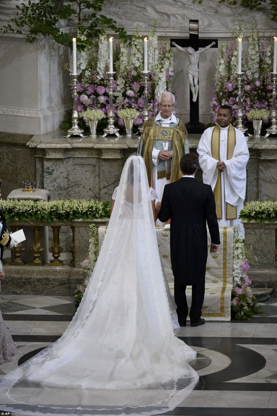 Sealed with a kiss! Princess Madeleine of Sweden marries US banker ...