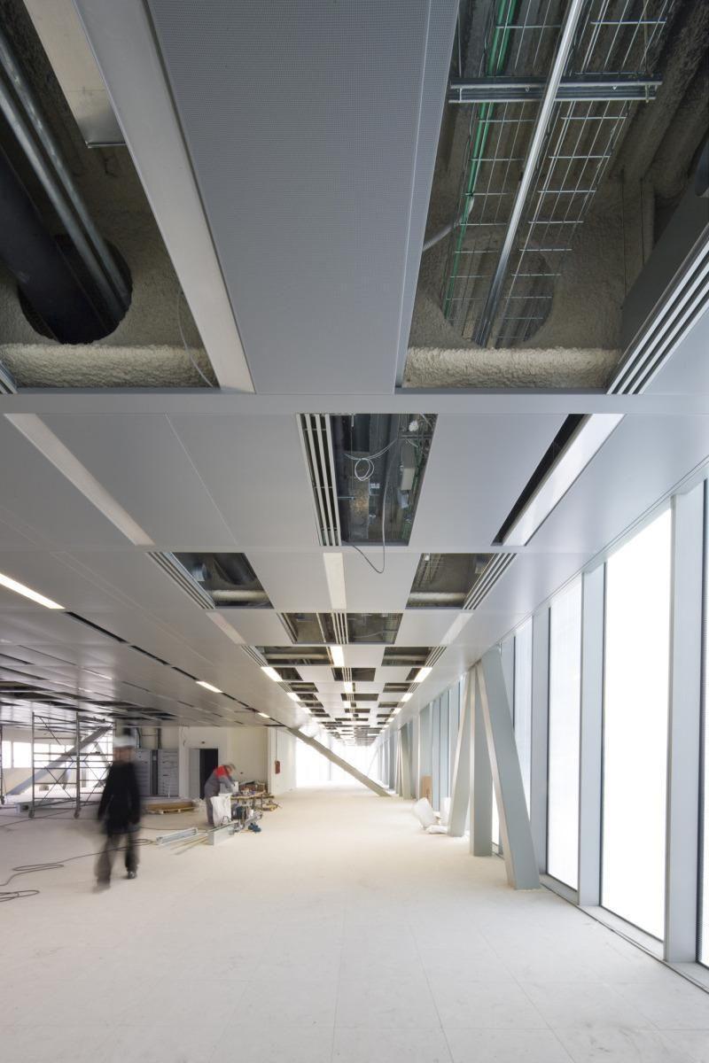 Gli interni | La flessibilità degli spazi interni è supportata dalla concezione modulare e versatile delle reti tecnologiche che, con l'eccezione di quelle elettriche e di fonia-dati, sono distribuite nei controsoffitti (Fiorenza Cicogna).