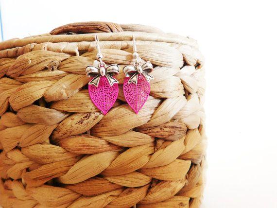 Boucles d' oreilles argentées et roses/ Feuille par FolleDeJoie