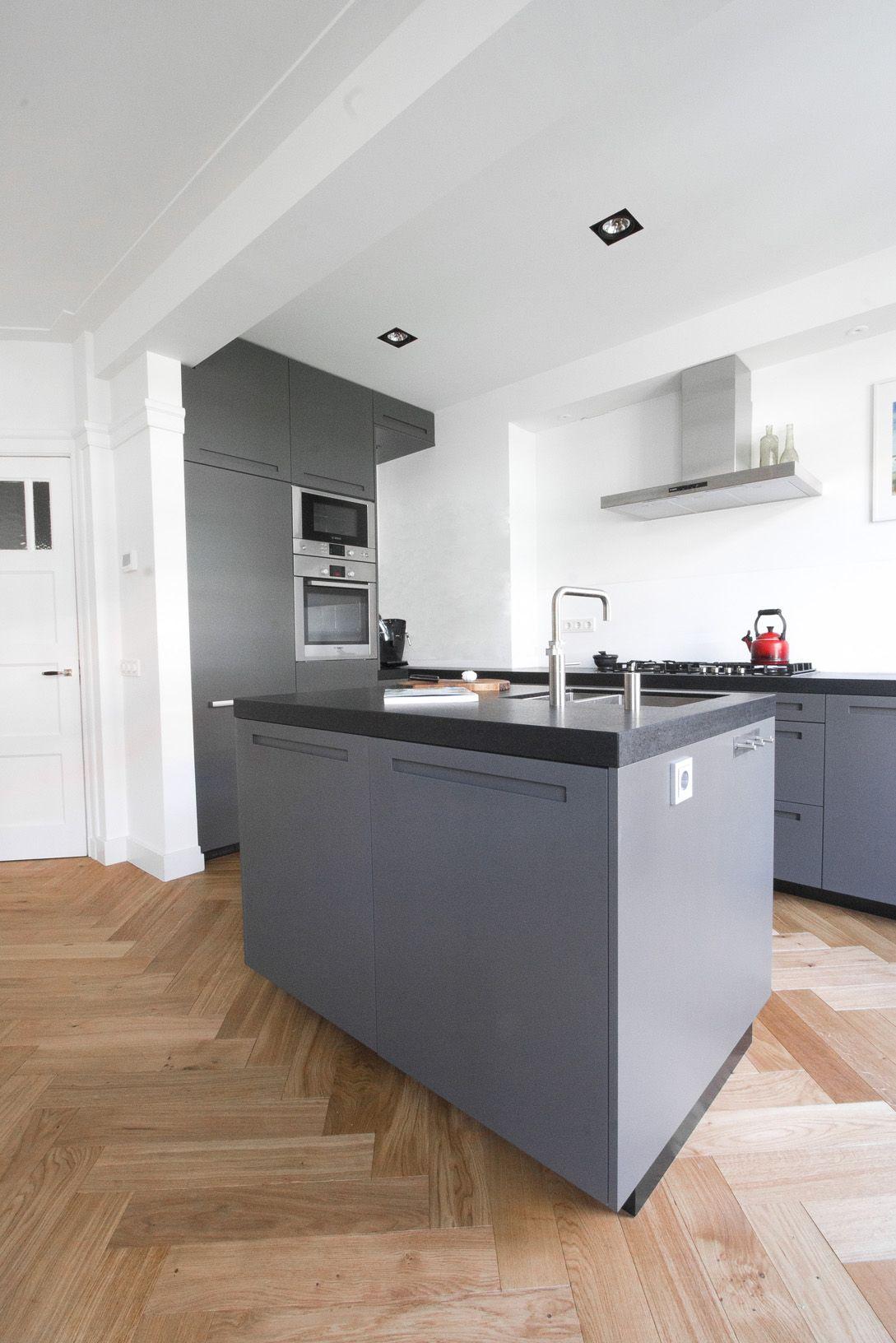 Maatwerk keuken met visgraat parket en spoeleiland for Interieur 806
