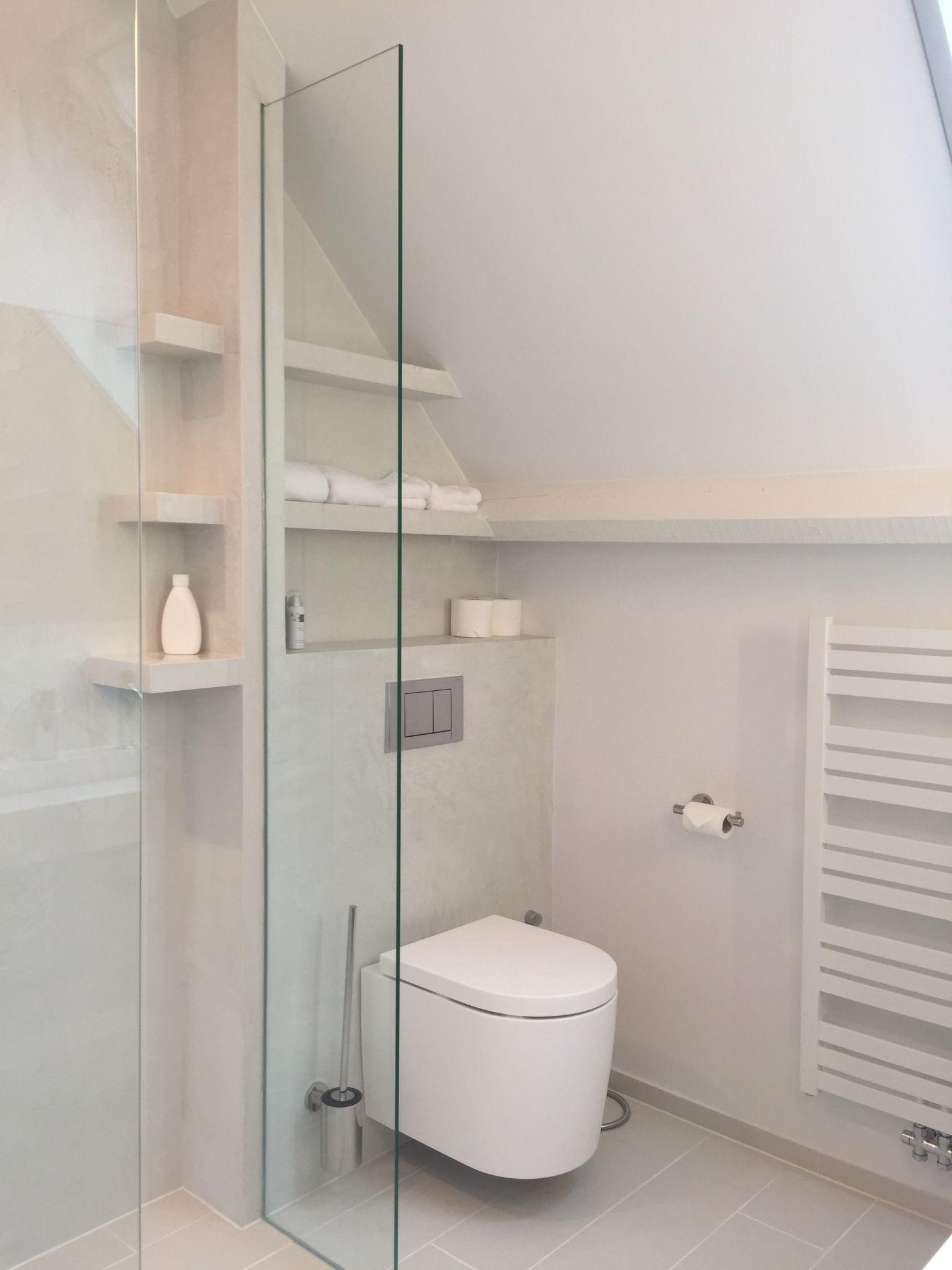 Badkamer met beal mortex, witte badkamerstuc, witte designradiator ...